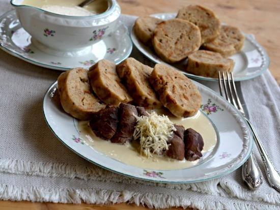 Vařená daňčí plec s křenovou omáčkou a chlebovým knedlíkem