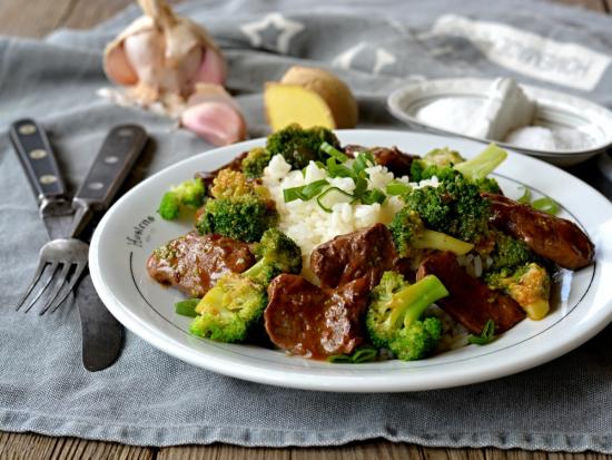 Srnčí kousky na česneku a zázvoru s blanšírovanou brokolicí